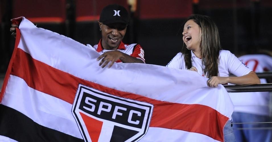 Torcedores do São Paulo conversam durante partida contra a Liga de Loja