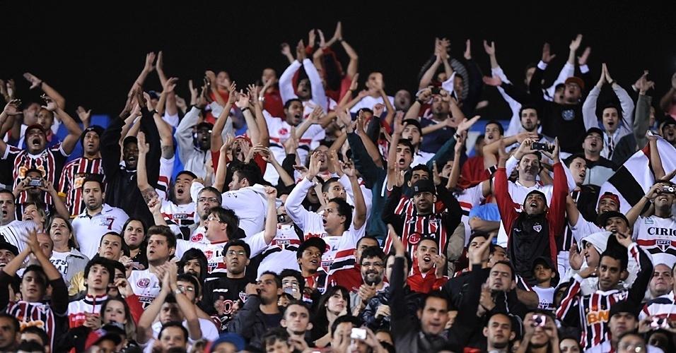 Torcida do São Paulo faz a festa durante partida contra a Liga de Loja