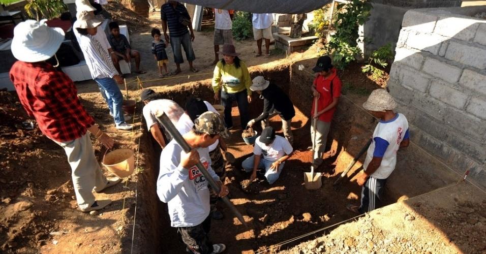 25.out.2012 - Arqueólogos escavam área em Denspasar, Bali (Indonésia), onde foram encontrados vestígios de antigo templo hindu