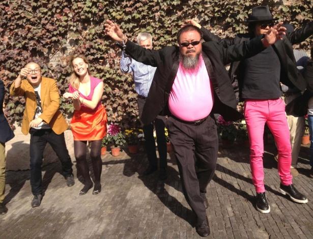 """Artista chinês Ai Weiwei (frente) grava versão da música """"Gangnam Style"""" - Cortesia de Ai Weiwei /Handout/Reuters"""