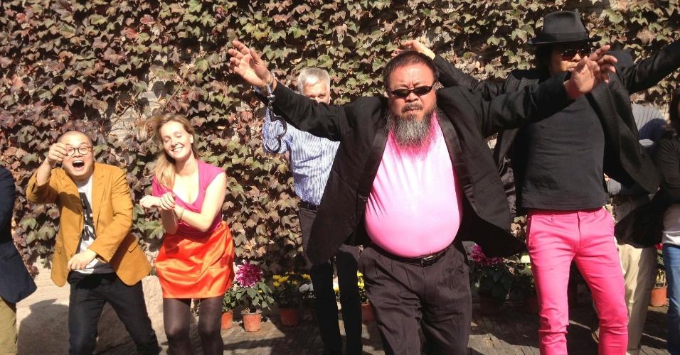 """25.out.2012 - Artista chinês Ai Weiwei (frente) grava versão da música """"Gangnam Style"""", do cantor sul-coreano Psy, em estúdio de Pequim, na China"""