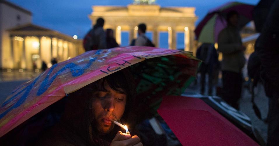 25.out.2012 - Em greve de fome, refugiado afegão fuma em frente ao Portão de Brandemburgo, em Berlim (Alemanha). Cerca de 20 refugiados, principalmente do Irã e do Afeganistão, fazem greve de fome para exigir o fim das deportações