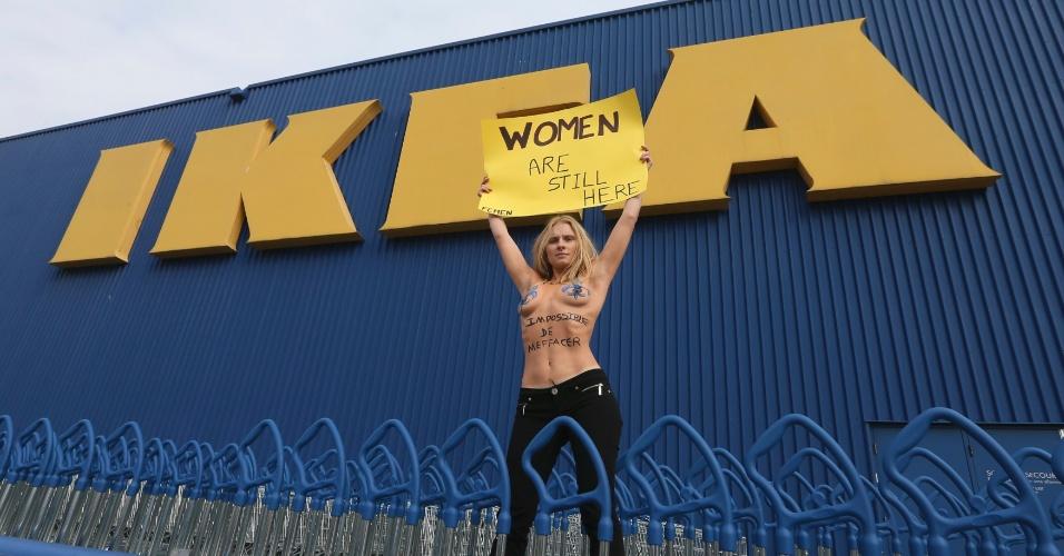 25.out.2012 - Integrante do Femen protesta em frente à loja Ikea em Montreal, no Canadá. O grupo feminista é contra a empresa sueca de móveis, que removeu as mulheres de seu catálogo na Arábia Saudita