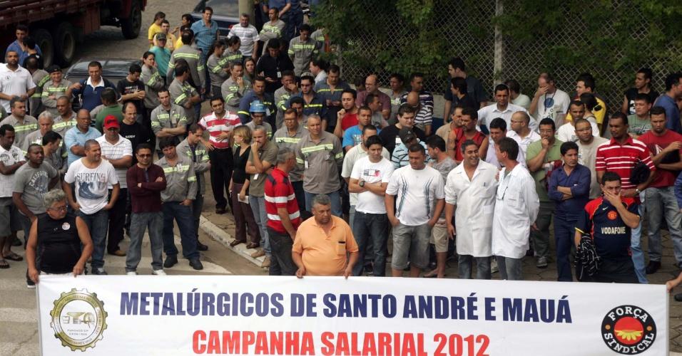 25.out.2012 - Metalúrgicos participam de assembleia na porta da Companhia Paranapanema de Utinga, em Santo André, na grande São Paulo. O grupo, que pertence à base do sindicato, pleiteia 8% de reajuste salarial