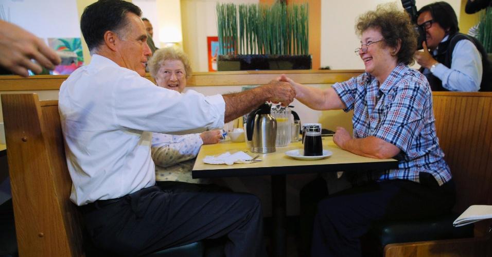 25.out.2012 - O candidato republicano à Presidência dos Estados Unidos, Mitt Romney,  cumprimenta clientes em um café, em Cincinnati, Ohio (EUA)