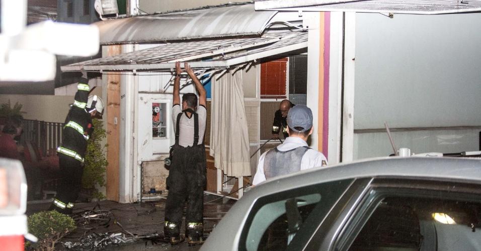 25.out.2012 - O Corpo de Bombeiros foi chamado para controlar um incêndio que atingiu uma casa na rua Caraíbas, em Perdizes, zona oeste de São Paulo (SP)