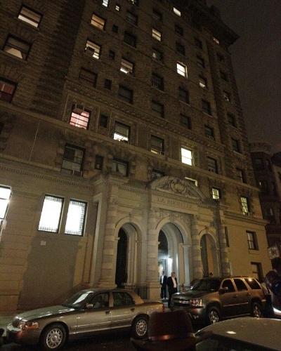 25.out.2012 - Oficiais de polícia cercam edifício residencial em Nova York, Estados Unidos, onde dois irmãos, um de seis e outro de dois anos de idade, morreram esfaqueados. A babá foi presa como principal suspeita
