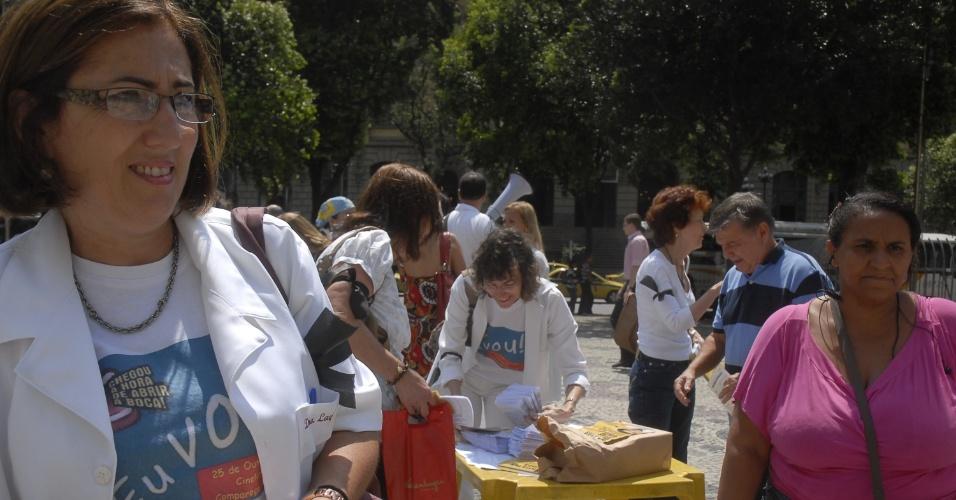 25.out.2012 - Profissionais da odontologia realizam ato de protesto na Cinelândia, no Rio de Janeiro, para marcar o Dia do Cirurgião-Dentista. A manifestação é pela valorização da profissão e em defesa da saúde bucal da população