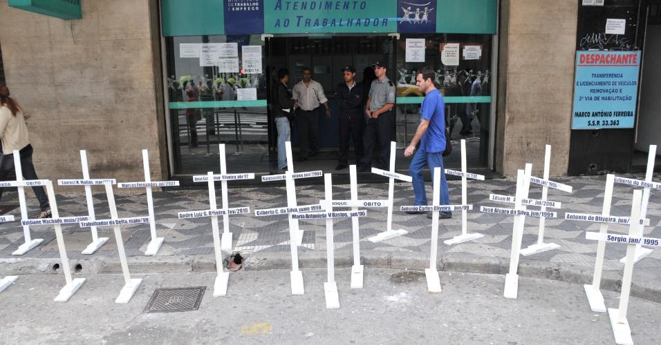 25.out.2012 - Trabalhadores da Usiminas fizeram protesto em frente a Delegacia Regional do Trabalho, na rua Martins Fontes, centro de São Paulo (SP)
