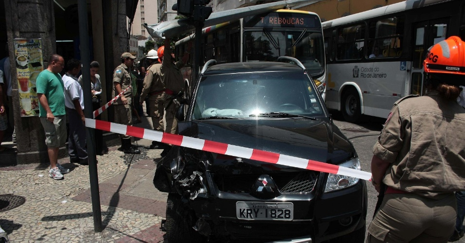 25.out.2012 - Um carro desgovernado atropelou e matou um pedestre na rua 21 de Abril, no centro do Rio de Janeiro (RJ)