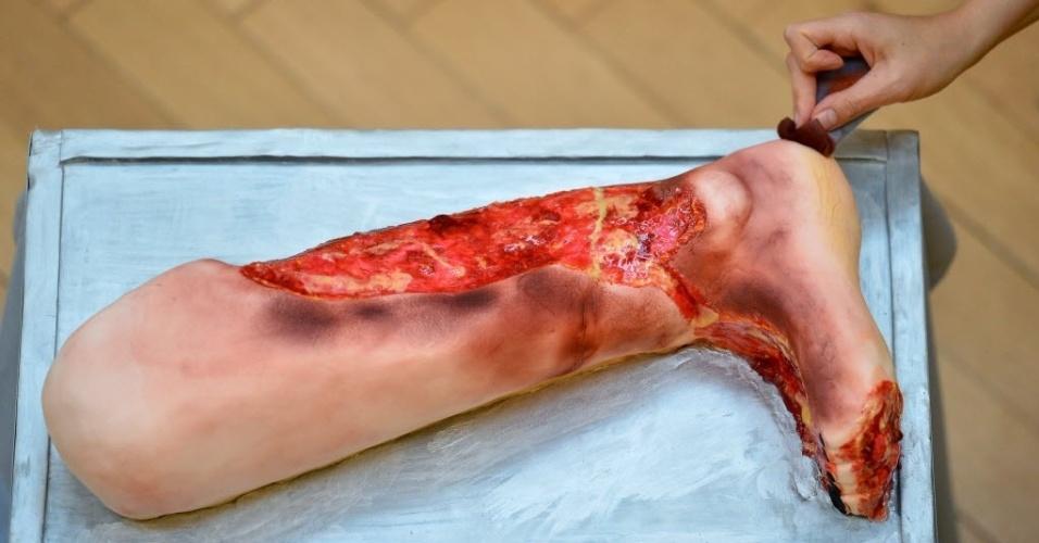 26.aut.2012 - Padeiro prepara bolo em formato de perna machucada em loja do Museu de Patologia em Londres, Inglaterra. A loja de bolo abre durante o período de Halloween no museu e oferece doces com formato de doenças
