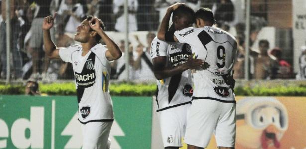 Atacante Roger (d.) fez 11 gols pela Ponte Preta nesta temporada
