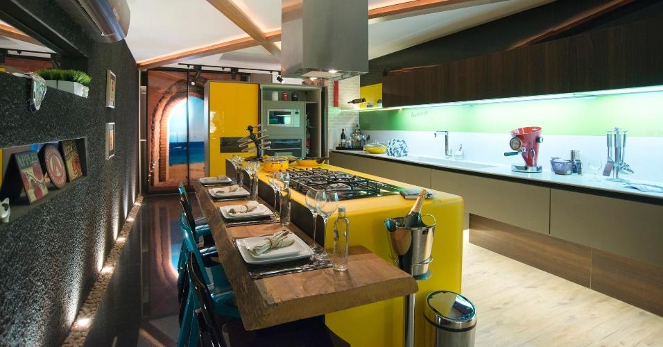 A Lavanderia e a Cozinha, criadas por Antônio José, Eduardo Mourão e Pedro Mamede, são integradas e pontuadas por um amarelo vibrante que contrasta com a base neutra e cinza da paleta de cores. A 14ª Casa Cor CE segue até dia 20 de novembro de 2012, na Praça Portugal, em Fortaleza