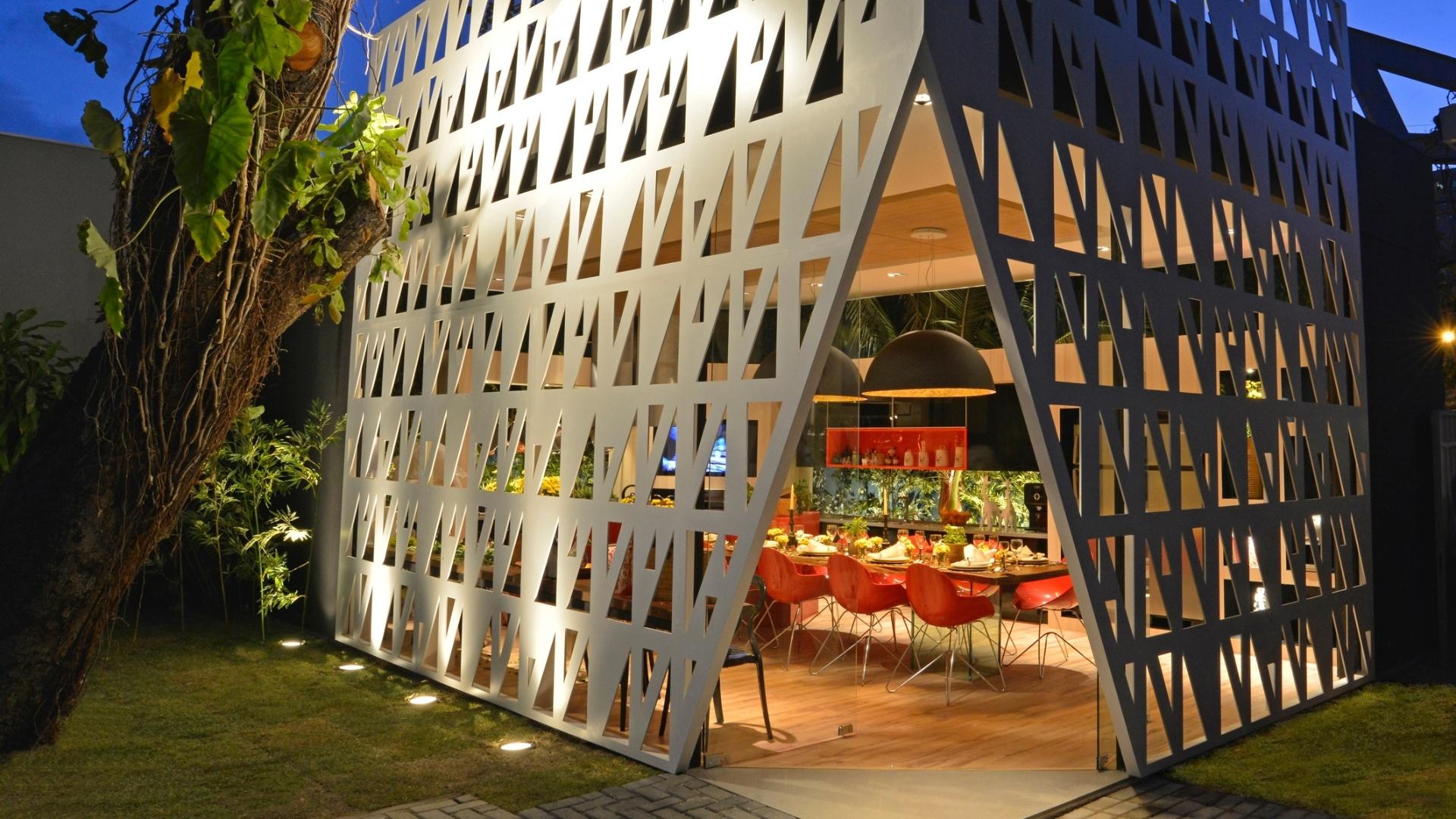 O Lounge Gourmet, com estrutura geométria e vazada, é assinado por Cesar Fiuza e Cesar Fiuza Neto. A 14ª Casa Cor CE segue até dia 20 de novembro de 2012, na Praça Portugal, em Fortaleza
