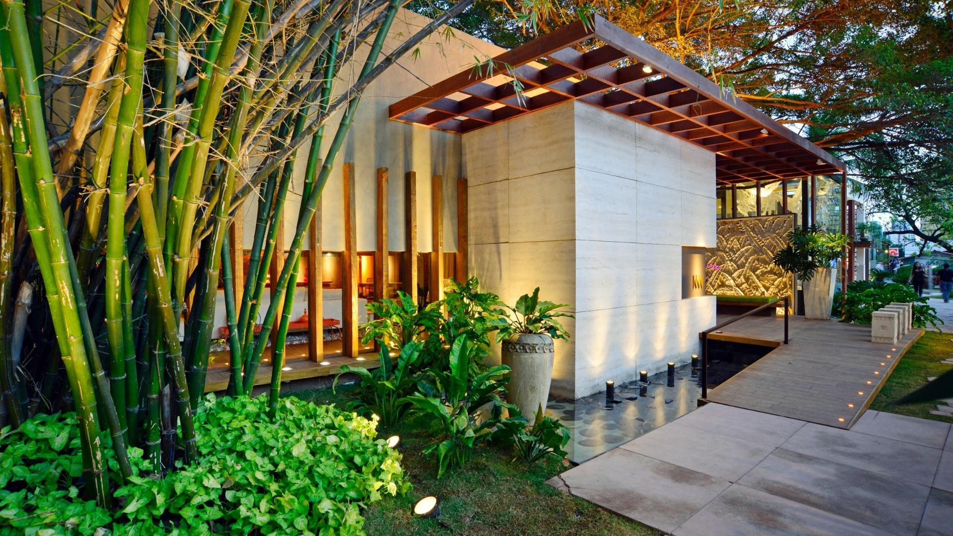 Os arquitetos Marcus Novais e Lucas Novais  assinam o Lounge, com arquitetura de linhas ortogonais e minimalistas. A 14ª Casa Cor CE segue até dia 20 de novembro de 2012, na Praça Portugal, em Fortaleza