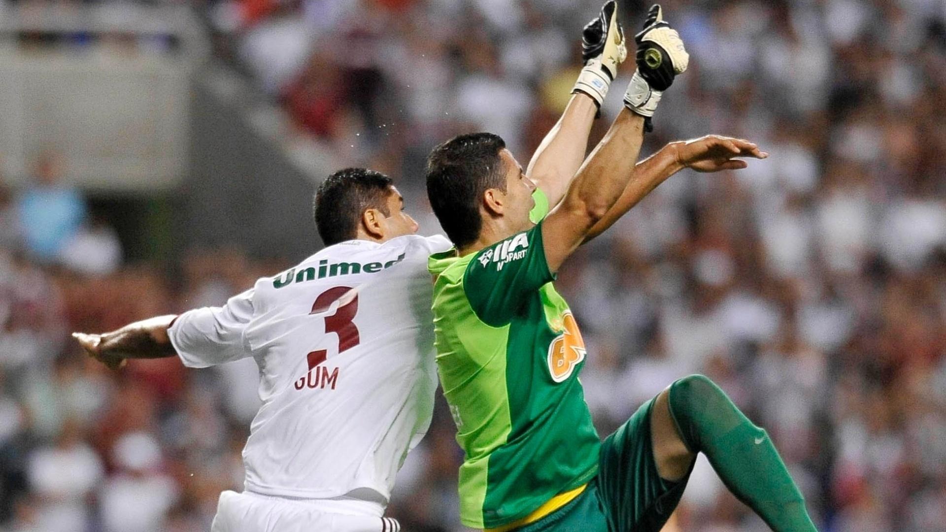 Gum e Vanderlei disputam pela bola durante a partida entre Fluminense e Coritiba no Engenhão