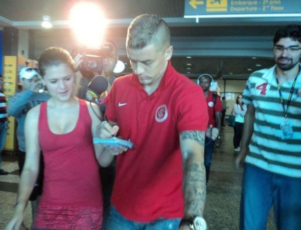 Meia D'Alessandro concede um autógrafo para uma torcedora, mas não aceitou falar com a imprensa (25/10/2012)