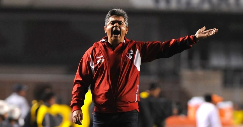 Ney Franco, técnico do São Paulo, orienta o time durante partida contra a Liga de Loja