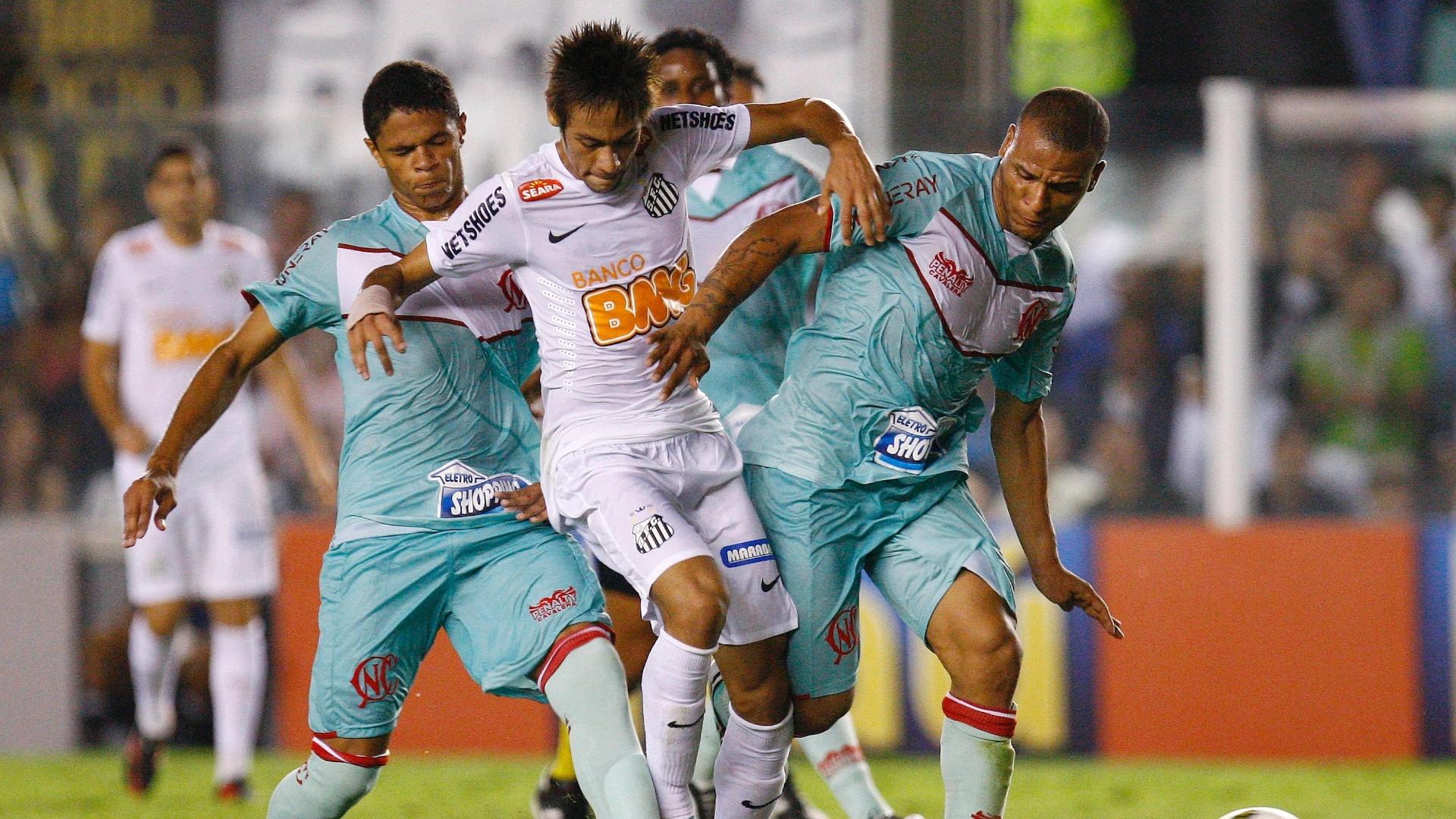 Neymar tenta escapar de marcação na partida contra o Náutico nesta quinta-feira (25/10) na Vila Belmiro