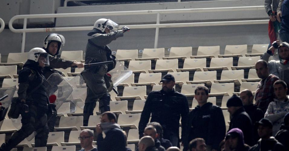 Polícia age para controlar a torcida da Lazio durante jogo contra o Panathinaikos, da Grécia, pela Liga Europa (25/10/2012)