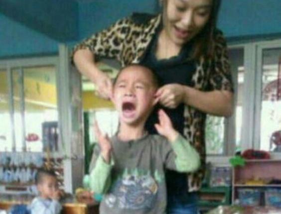 Professora chinesa é demitida após pendurar crianças da pré-escola pelas orelhas