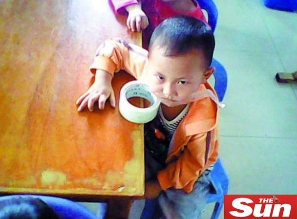 Professora chinesa usou fita adesiva para calar aluno da pré-escola