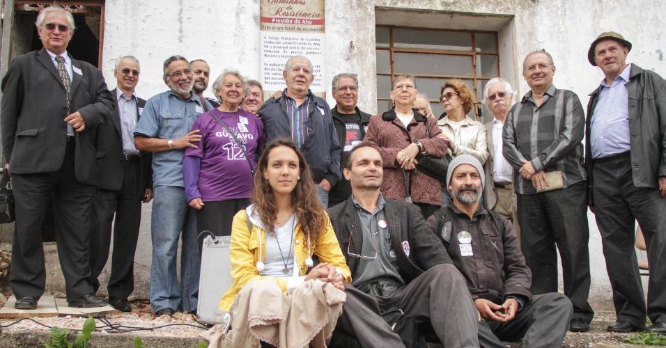 Representantes da Comissão Nacional da Verdade inauguram o marco dos Caminhos da Resistência, na antiga penitenciária do Ahu, em Curitiba (PR), nesta quinta-feira (25). Ex-presos políticos e seus familiares participaram da cerimônia