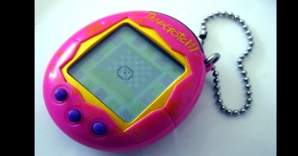 """Também portátil, mas mais carismático, o Tamagotchi era popularmente chamado de """"Bichinho virtual"""". Era preciso alimentar e dar outros cuidados para a criatura virtual crescer"""