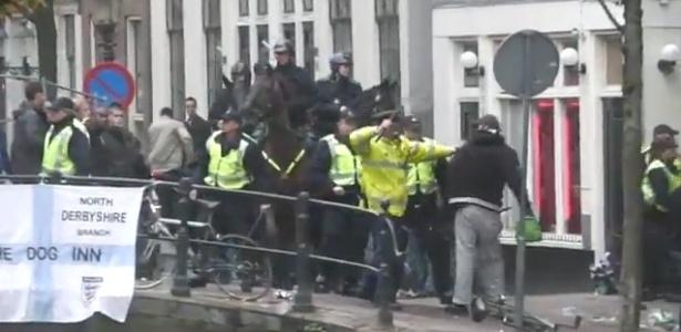 Torcedores do Manchester City entram em confronto com policiais em Amsterdã
