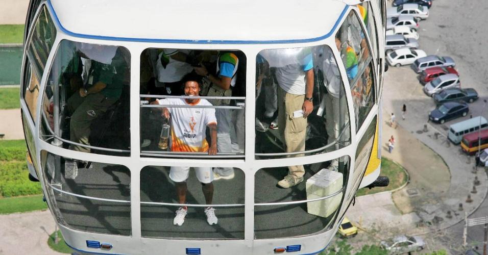 11.ago.2007 - A jogadora de futebol feminino Pretinha é vista no interior do Bondinho do Pão de Açúcar carregando a lanterna com o fogo da tocha do Pan, no revezamento do símbolo olímpico do 3º Parapan-Americano