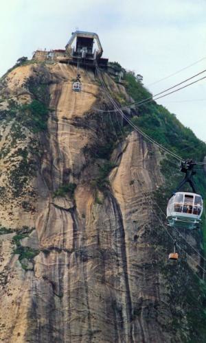 14.set.1992 - Vista aérea do Bondinho que faz o trajeto Morro da Urca - Pão de Açúcar, no Rio de Janeiro