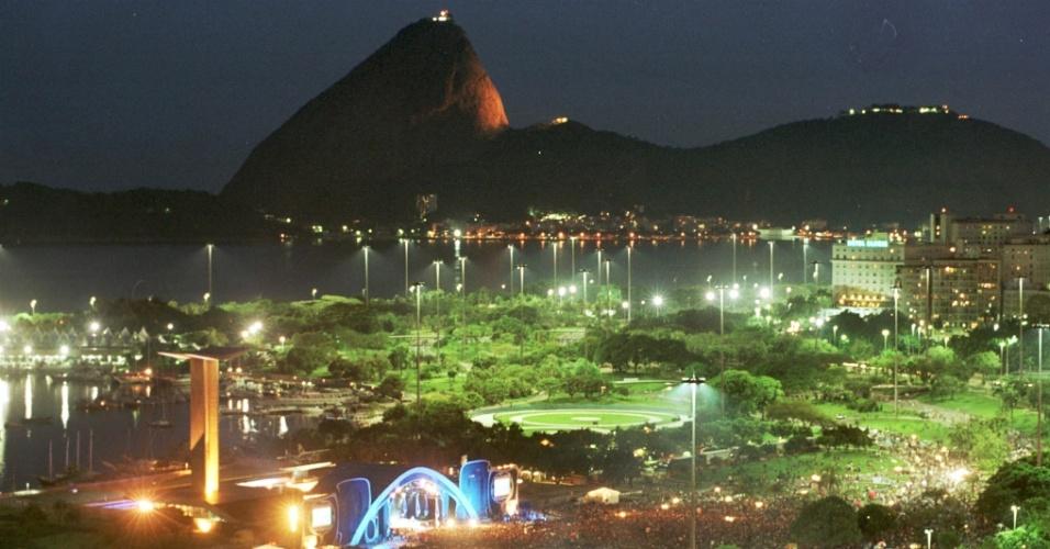 17.nov.2002 - O cantor e compositor Roberto Carlos faz show no Aterro do Flamengo, na zona sul do Rio, em comemoração ao centenário do bondinho do Pão de Açúcar