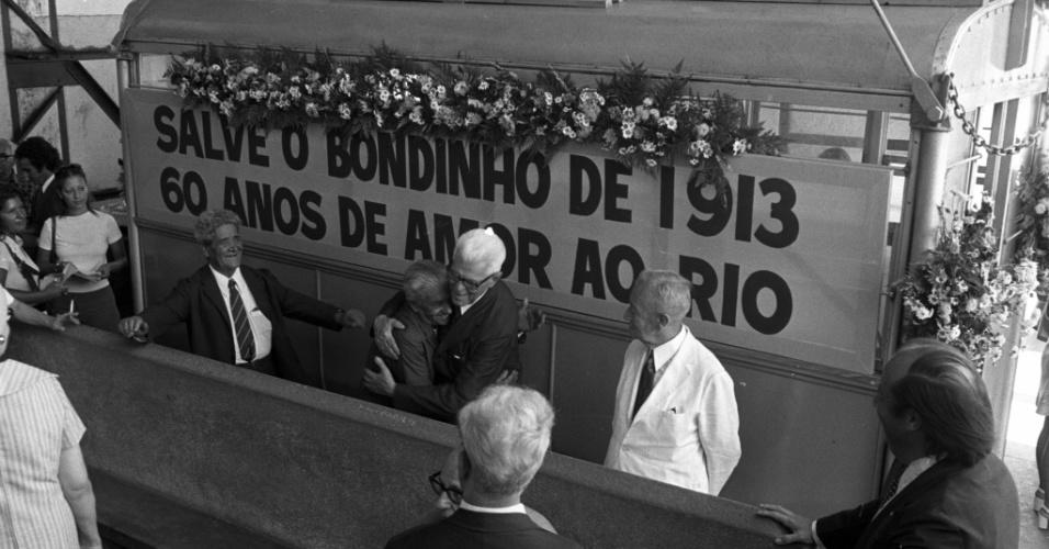 19.jan.1973 - O bondinho antigo fez sua última pouco depois de completar 60 anos. Na foto, Carlos Pinto Monteiro (de cabelos brancos), então presidente honorário da Companhia Caminho Aéreo Pão de Açúcar recebe os cumprimentos