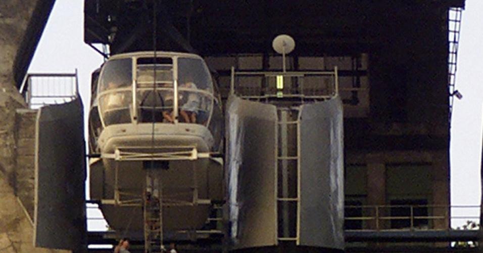 21.out.200 - Bombeiros resgatarm turistas do bondinho do Pão de Açúcar, no Rio de Janeiro, depois que um cabo de tração se rompeu e o bondinho ficou parado com mais de 60 passageiros por mais de uma hora, a 200 m de altura