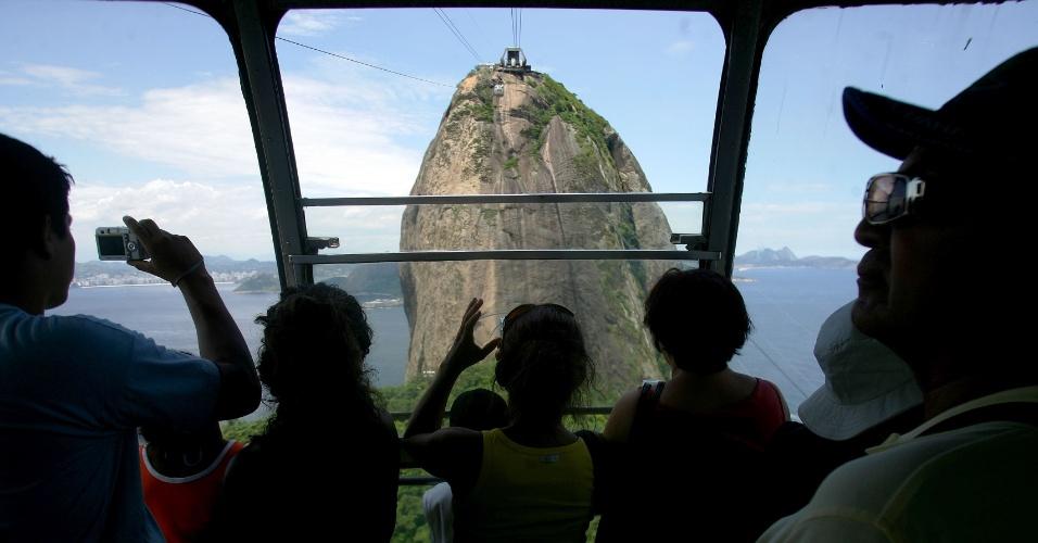 26.jan.2007 - Turistas no Bondinho do Pão de Açúcar, admiram a beleza da cidade do Rio de Janeiro