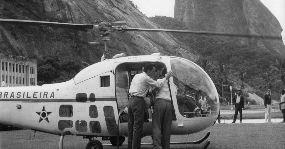 26.mar.1959 - Helicóptero da Força Aérea brasileira auxilia o resgate de turistas que visitavam o Pão de Açúcar e ficaram presos no morro depois que um dos cabos de sustentação dosbondinhos se rompeu, no Rio de Janeiro