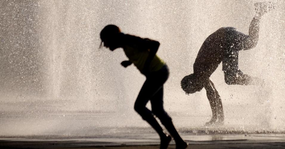 26.out.2012 - A Praça da Estação, na região central de Belo Horizonte (MG), virou uma opção para os moradores se refrescarem no calor desta sexta-feira (26). Os termômetros passaram dos 30°C nesta tarde na capital mineira