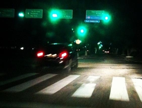 26.out.2012 - Apesar do apagão, alguns semáforos nas ruas de Recife (PE) continuaram funcionando, graças ao uso de gerador