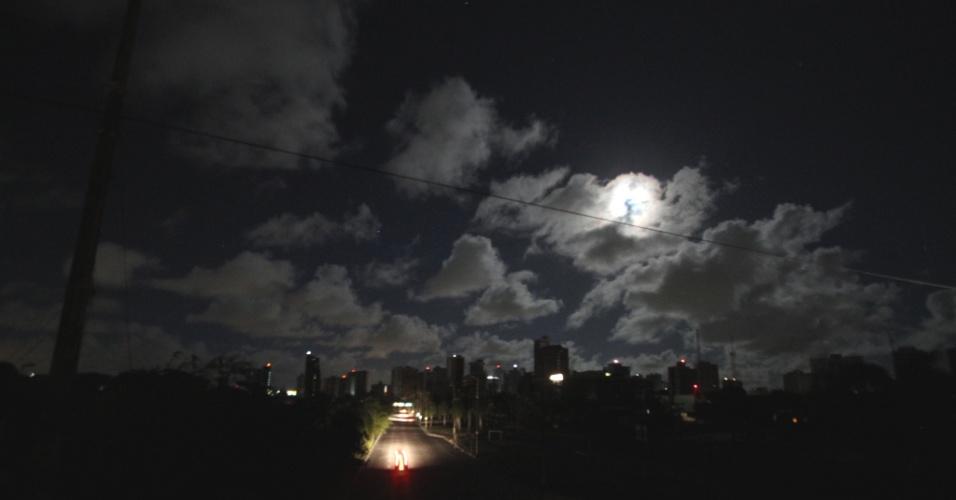 26.out.2012 - Avenida Agamenon Magalhães, em Recife (PE), um dos pontos do apagão que atingiu o Norte e o Nordeste do país entre a noite de quinta-feira (25) e a madrugada desta sexta-feira (26)