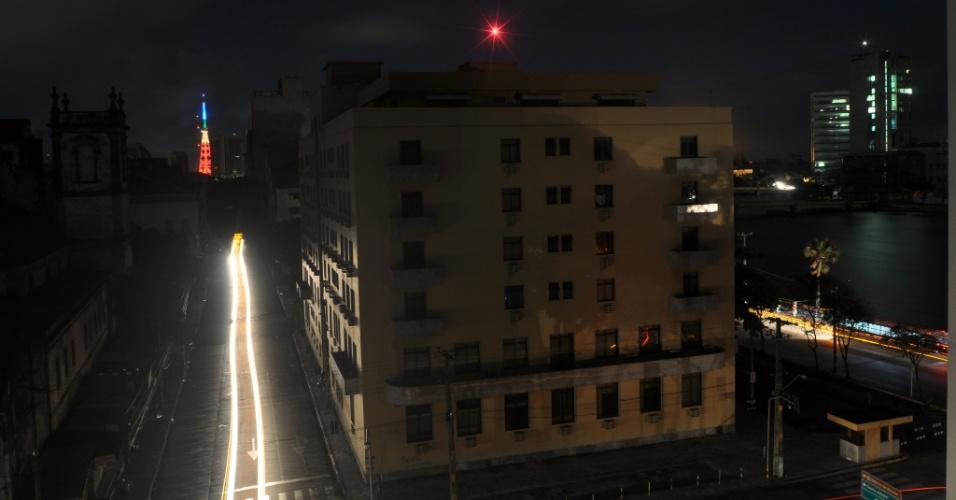 26.out.2012 - Bairro de Santo Antonio, em Recife(PE), no momento do apagão que deixou as regiões Norte e Nordeste às escuras no fim da noite de quinta-feira (25) e madrugada desta sexta-feira (26)