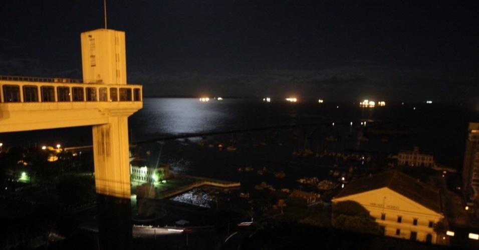 26.out.2012 - O Elevador Lacerda, cartão-postal da cidade de Salvador (BA), também ficou sem luz