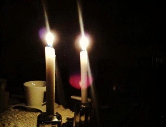 26.out.2012 - O internauta Mário Melo, de Olinda (PE) registrou o blecaute na cidade. Sem energia em casa, ele usou velas para amenizar a escuridão