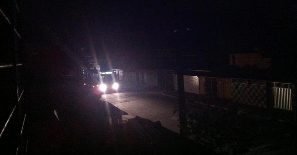 26.out.2012 - Ônibus trafega por rua às escuras no bairro do Arruda, em Recife (PE)