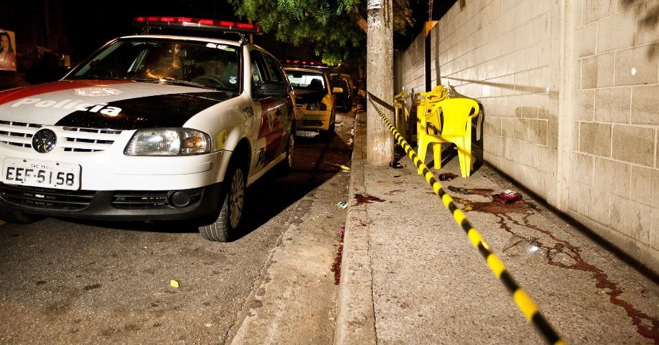26.out.2012 - Três pessoas foram baleadas na rua Ji-Paraná, zona leste de São Paulo (SP)