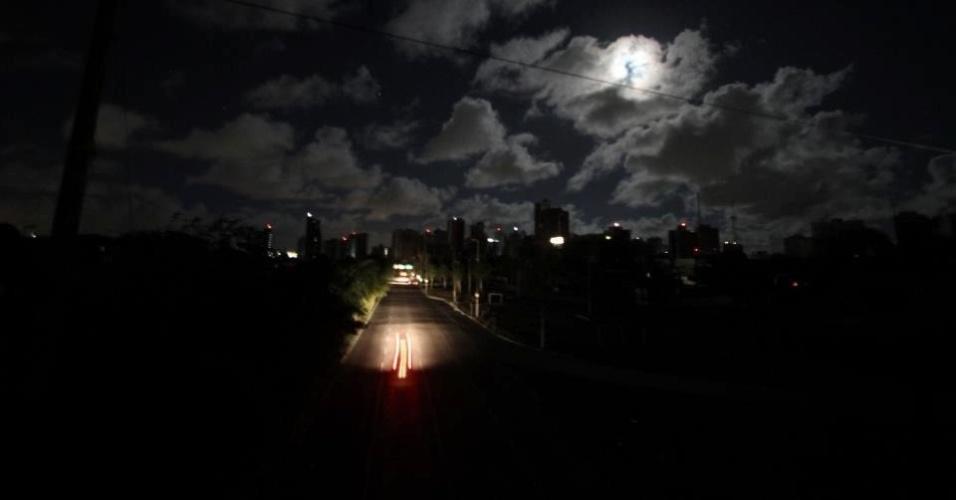 26.out.2012 - Veículos circulam pela avenida Agamenon Magalhães, em Recife (PE), às escuras entre a noite desta quinta-feira (25) e a madrugada desta sexta-feira (26)