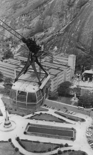 31.out.1972 - Vista aérea do Bondinho que faz o trajeto Morro da Urca - Pão de Açúcar, no Rio de Janeiro