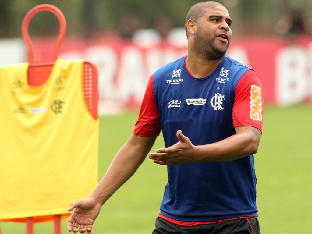 Adriano reclama após não receber passe durante treino do Flamengo nesta sexta-feira (26/10/2012)