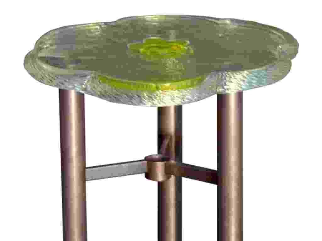 Mesinha Artur desenhada pelo arquiteto e designer tcheco Borek Sípek. O processo de criação é artesanal e inclui o sopramento do cristal - Divulgação