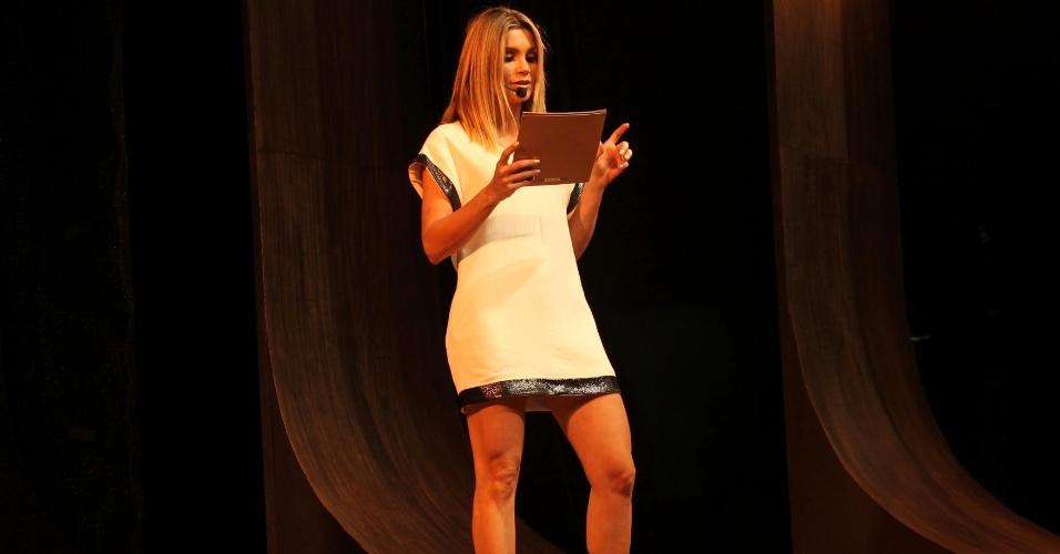 Flávia Alessandra mostra a boa forma na 9º edição do FAAP Moda, no teatro da FAAP, em São Paulo (25/10/12)
