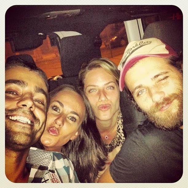 Ricardo Pereira publica foto ao lado da esposa e dos atores Giovanna Ewbank e Bruno Gagliasso (26/10/2012)